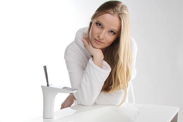 На фото - девушка в ванной