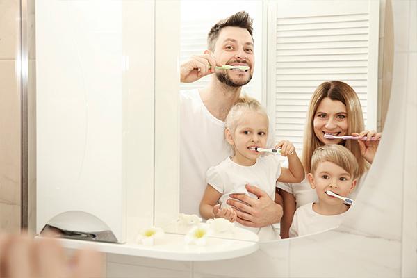 Семья в отражение зеркала