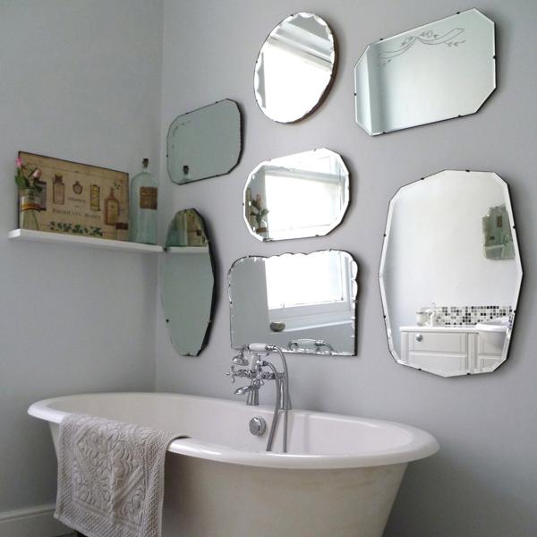 Стена в зеркалах в ванной