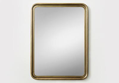 Прямоугольное зеркало в деревянной рамке