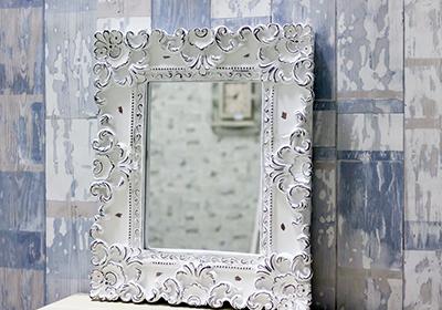 Зеркало с рамой и частично потрескавшимся покрытием